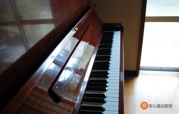 古いアップライトピアノ