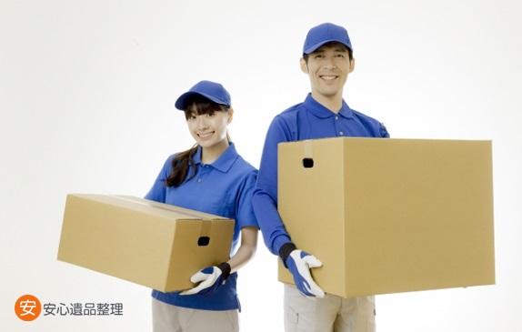荷物を運ぶ作業員