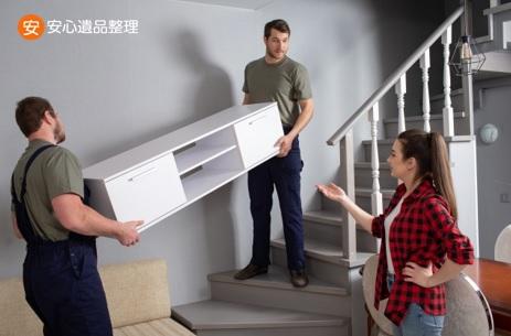家具を運ぶ男性スタッフ