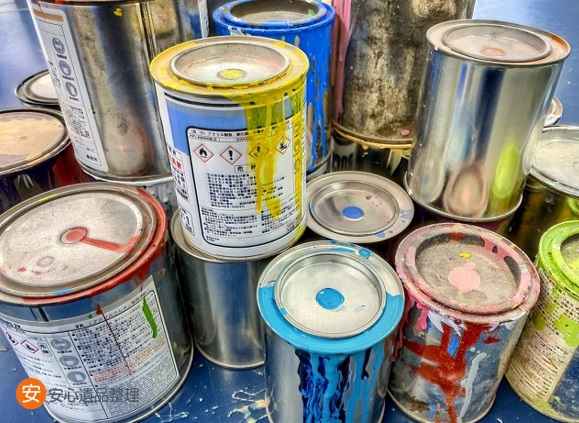 たくさんのペンキ缶